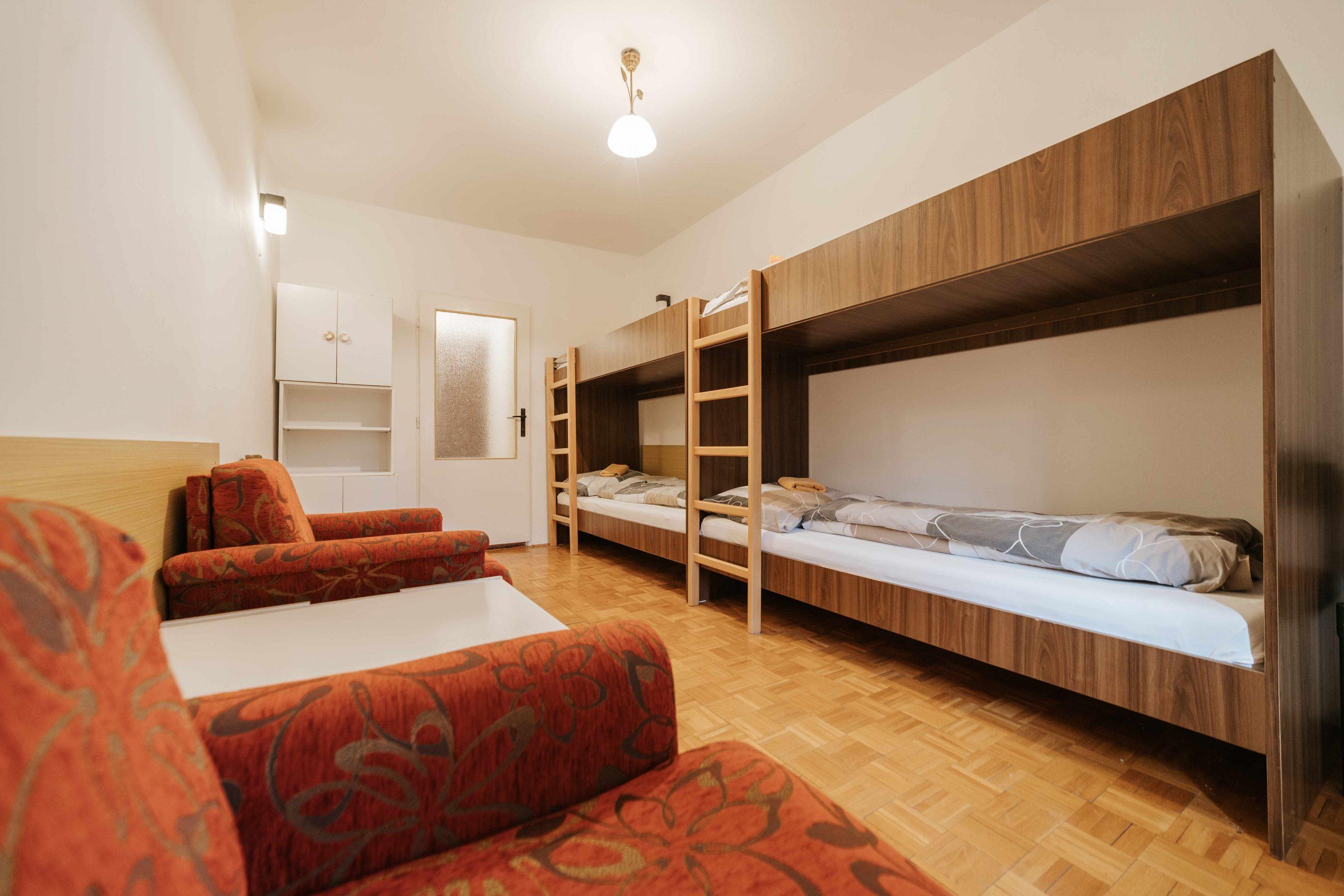 Štvorlôžková izba s poschodovými posteľami
